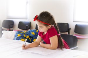 scheiding en kinderen - schrijvend meisje